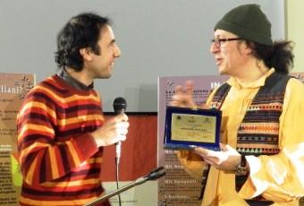 Il Presidente Esonemea  Ezio Epaminonda premia e ringrazia il cantastorie Luigi Di Pino per la partecipazione