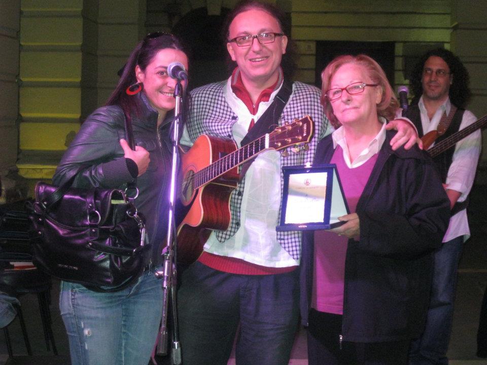 Luigi Di Pino premiato dagli assessori D'Aita e Scuderi - La sua Città -u cantu nun mori 2011