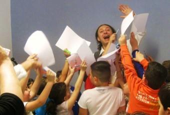 i bimbi entusiasti chiedono l'autografo a fine spettacolo